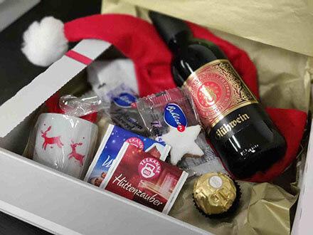 Goodie Box Inhalt mit Glühwein, Tees, Duftkerze etc. für die virtuelle Weihnachtsfeier von der VirtuaLounge