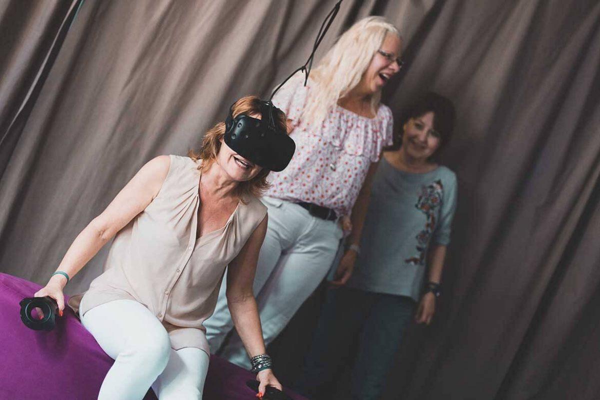 Drei Frauen haben Spaß auf dem Virtual Reality Spielfeld in der Virtual Reality Lounge Braunschweig