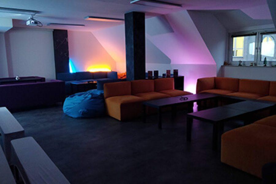 Idyllische Beleuchtung und Sitzmöglichkeitein der Gaming Area der VirtuaLounge